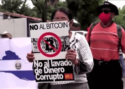 El Salvador in piazza contro il bitcoin
